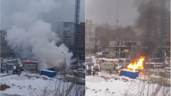 Сгорели деньги и документы: у новостройки на левом берегу загорелся вагончик, где живут строители