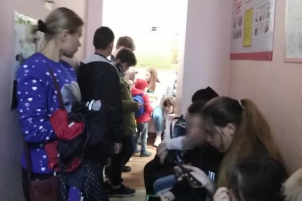 Родителям и их детям приходится стоять в очереди от полутора до трех часов