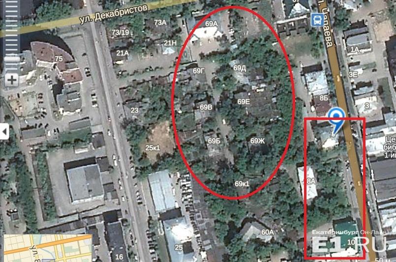 Слева — деревянные дома, которые хотят снести, справа — усадьбы Ошурковых