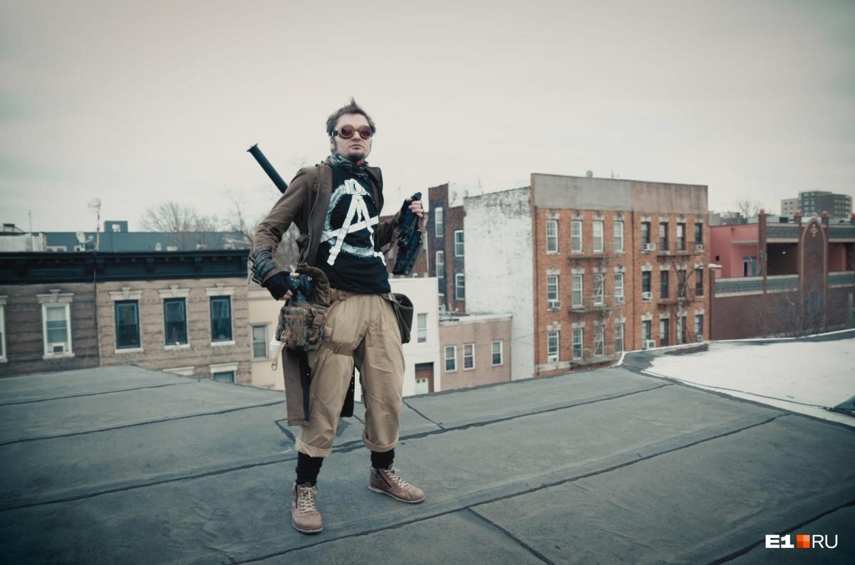 Алексей на крыше дома в Бруклине, в котором он живет