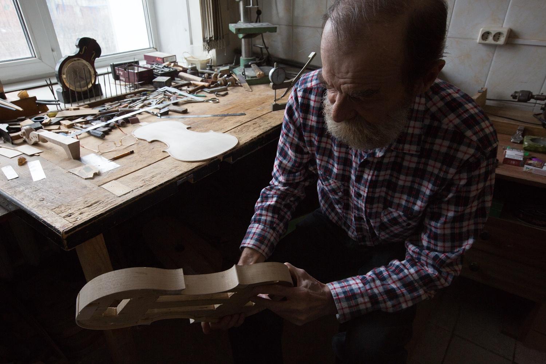 Он делает не только скрипки, но и гитары, альты, виолончели и контрабасы