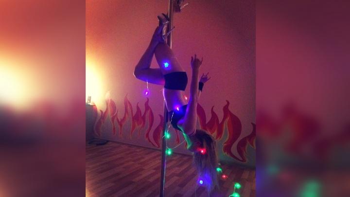 В конкурсе оригинальных офисных ёлок Екатеринбурга победила девушка на шесте, обмотанная гирляндой