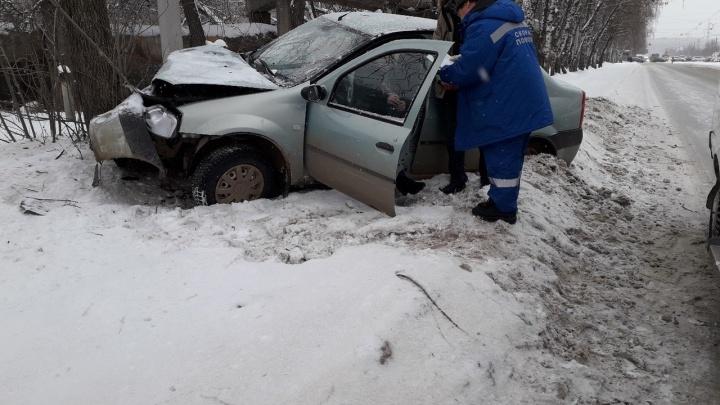 Пьяный водитель влетел в дерево на трассе в Башкирии