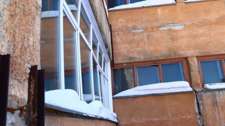 «Школа ползёт»: в новосибирском лицее погнулись окна
