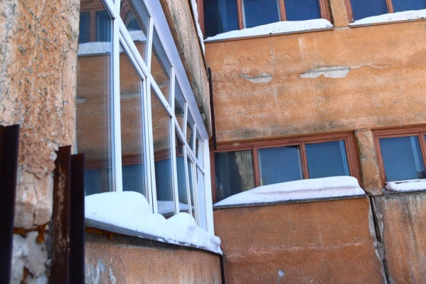Окна в лицее на улице Тургенева прогнулись внутрь