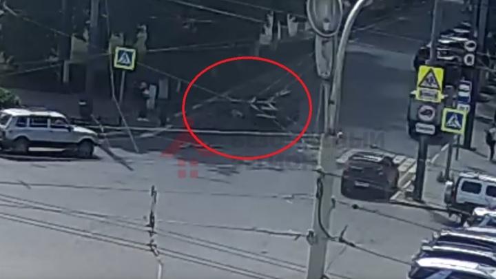Пошёл на трясущихся ногах: в центре Ярославля иномарка сбила пешехода