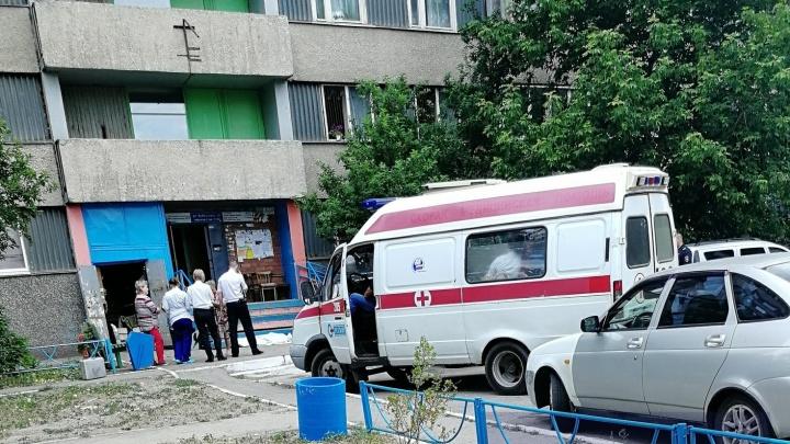 «Родственники в истерике»: в Тольятти пенсионер выпал из окна с седьмого этажа