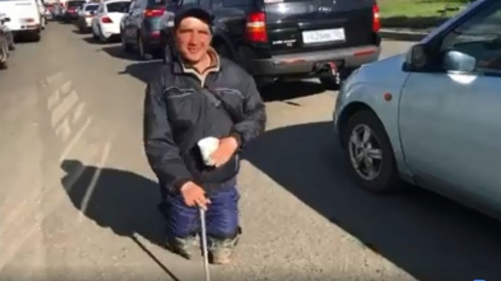 Житель Одессы вышел на Мужества просить милостыню для семьи