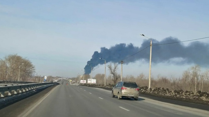 На Троицком тракте в Челябинске произошёл крупный пожар, клубы дыма видно за несколько километров