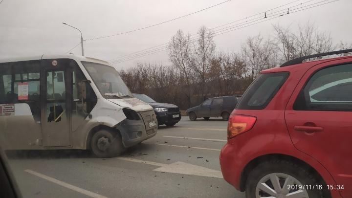 В Омске маршрутка столкнулась с двумя машинами