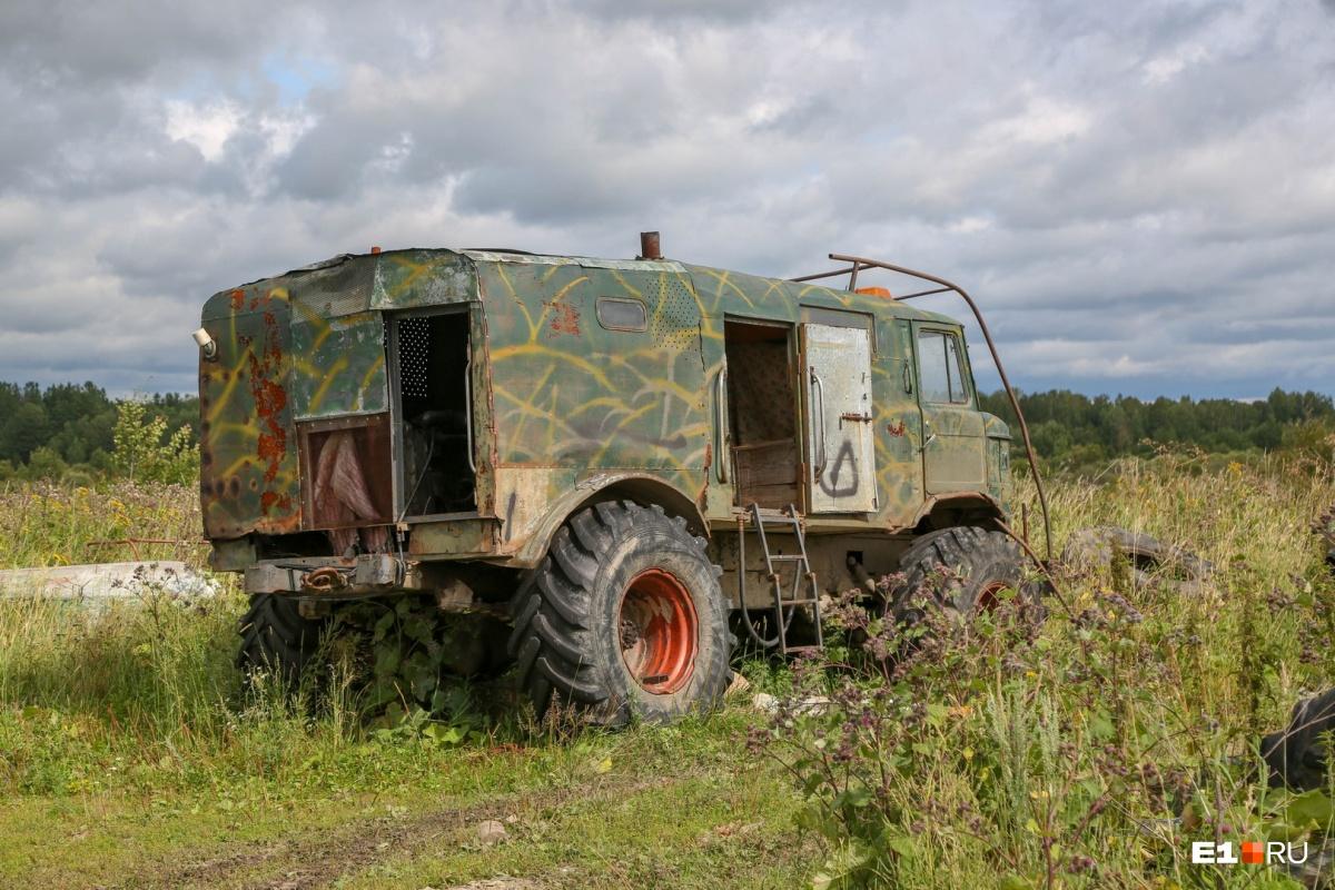 Жители села Фабричного иногда ездят в район бывшей Емельяшевки на охоту. Почти у каждого дома стоит вездеход