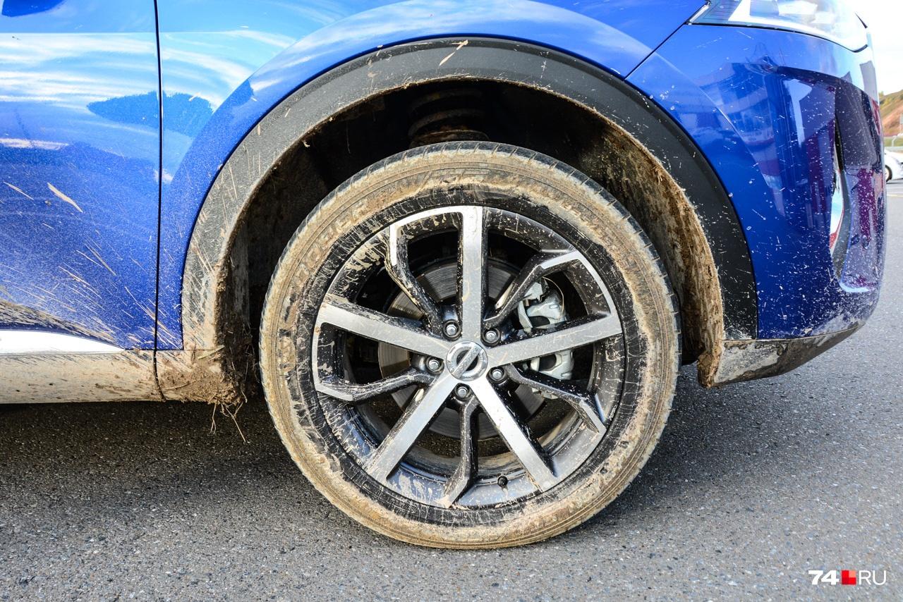 После заездов по мокрым грунтовкам колёса чистили, разгоняясь по объездным дорожкам вокруг Kazan Ring