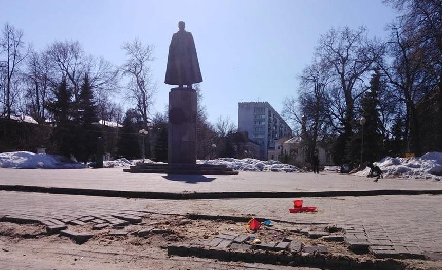 Дети рады покопаться в песке у памятника летчику Петру Нестерову
