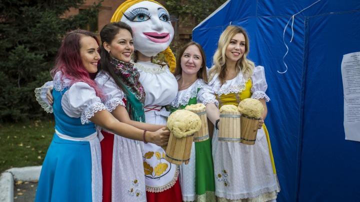 Октоберфест на Ядринцевской: в центре Новосибирска прошло костюмированное шествие пивоваров