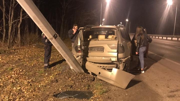 Уходил от удара? В Самаре на Волжском шоссе водитель BMW снёс столб