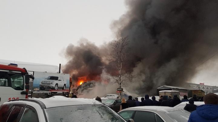 «Только что взорвался баллон внутри»: в Архангельске горит здание автосервиса