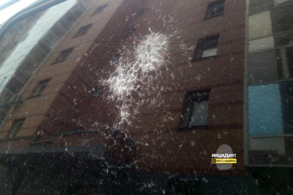 Полицейские пришли к выводу, что повреждения на стекле машины действительно похожи на выстрелы