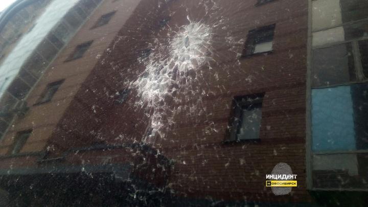 На «Родниках» расстреляли припаркованный во дворе автомобиль