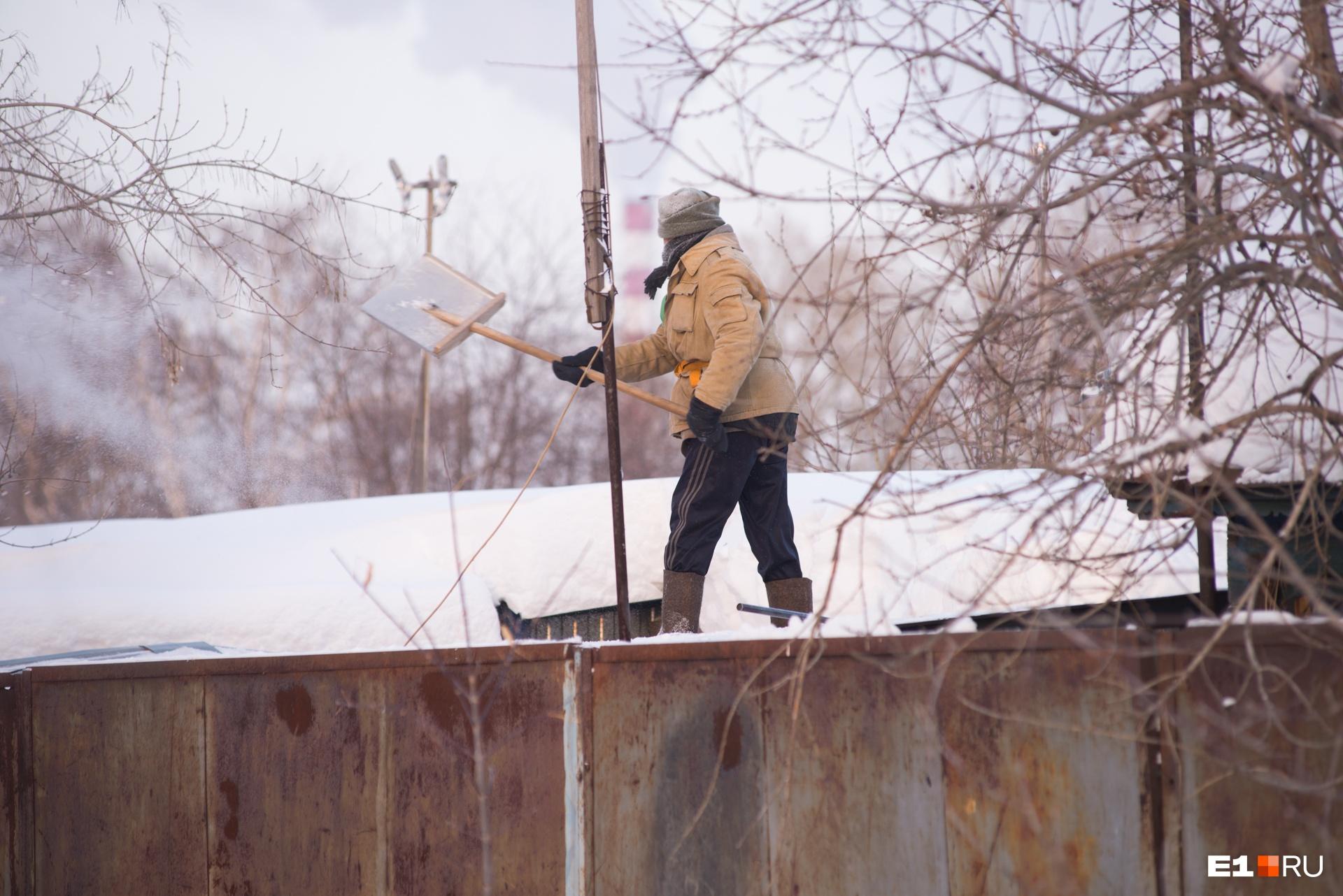 В частном секторе в снежные дни работа кипит