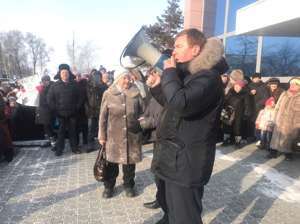 К собравшимся вышел глава Колыванского района Виктор Аверин