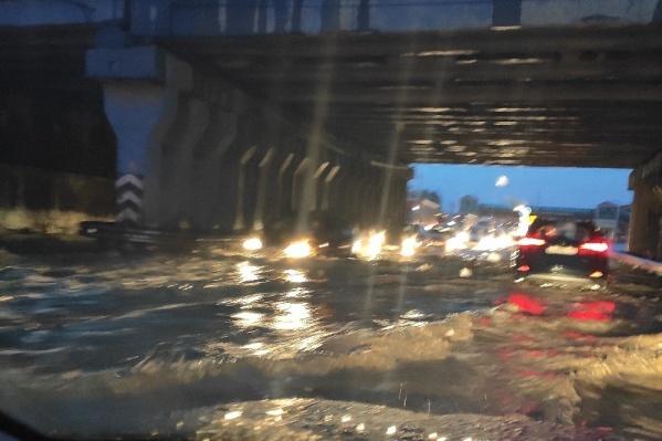 Так дорога под мостом в автограде выглядела ночью 5 августа
