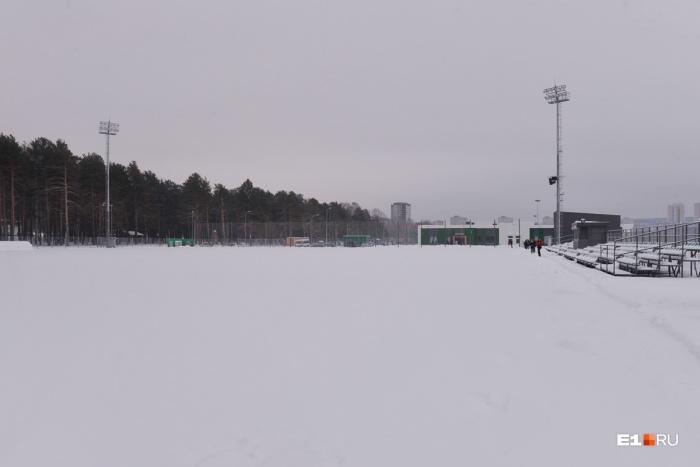 На футбольном поле «Химмаша» установят ветрозащитный экран со стороны пруда