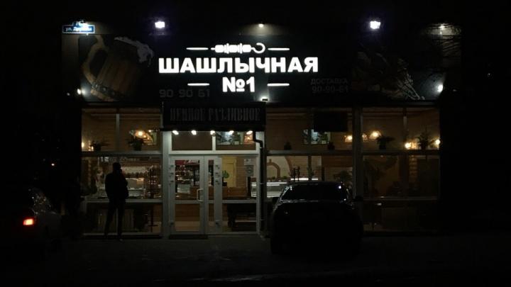 Всё равно работают: в закрытой за антисанитарию «Шашлычной №1» в Зареке продают еду