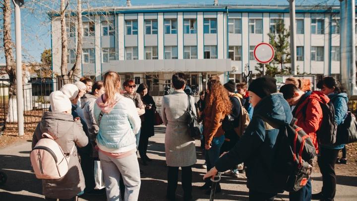 «Воспитываем уродов»: эмоциональный фоторепортаж со встречи в защиту уволенного учителя в Боровском