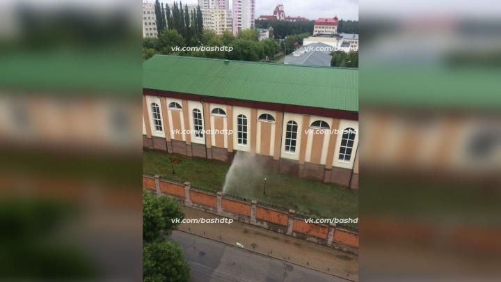 Гейзер за колючей проволокой: в Уфе возле школы МВД неожиданно забил фонтан