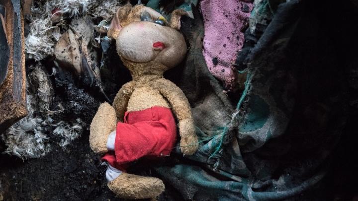 «От них помощи нет»: родители сгоревших в Ленинске малышей взвалили похороны на бабушку