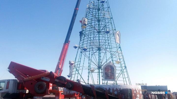 У «Континента» начали демонтировать новогоднюю ёлку
