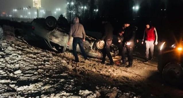 На дублёре Сибирского тракта автомобилисты дружно помогли перевернуть опрокинувшуюся машину