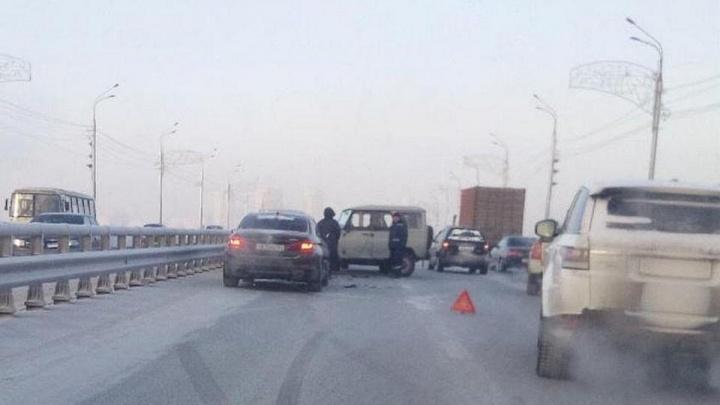 На Октябрьском мосту авария из 5 машин заблокировала въезд