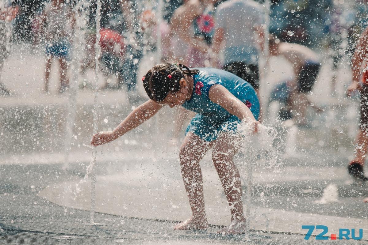 От знойной жары в начале июля тюменцы спасались всеми возможными способами: купались в фонтане около драмтеатра, отдыхали на пляжах около водоёмов