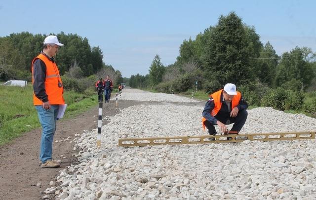 В Курганской области дорожники выяснили, кто из них ровнее кладет асфальт
