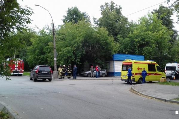 По словам местных жителей, аварии на перекрестке Стачек и Энтузиастов происходят регулярно