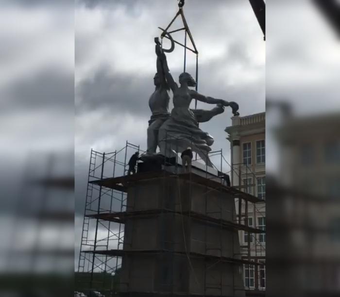 Вместе с постаментом высота памятника — 20 метров