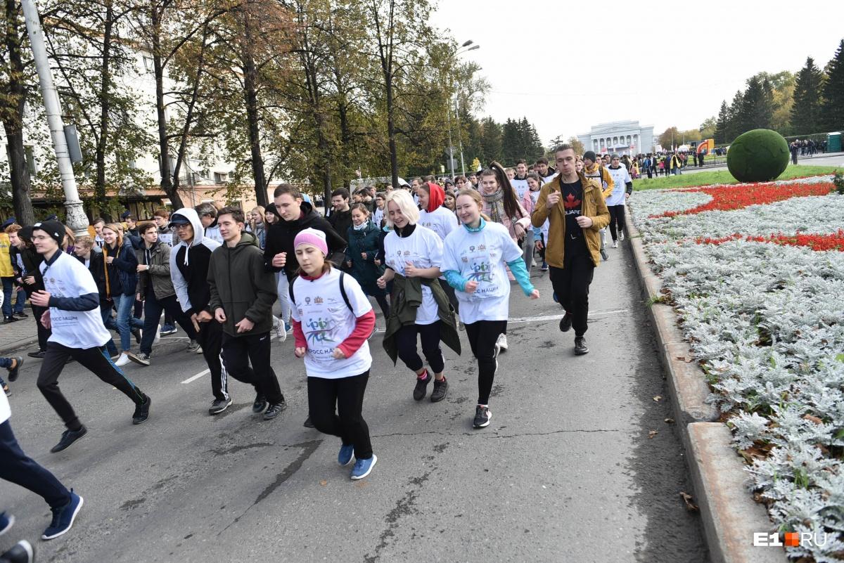 На «Кросс нации» пришли София Никитчук и Рой Джонс: фоторепортаж с забега по центру Екатеринбурга