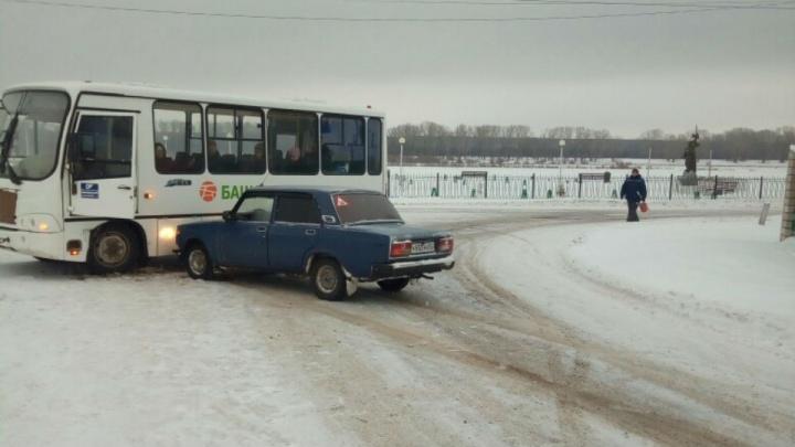 На трассе в Башкирии «семерка» протаранила автобус «Башавтотранса»