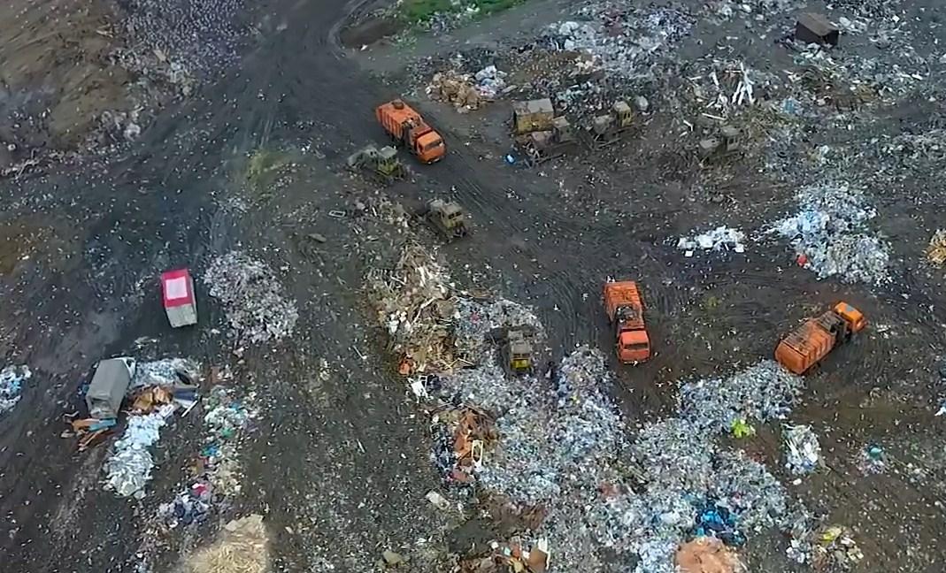Отходы на свалку могут вывозить только мусоровозы, но общественники увидели там и другие машины