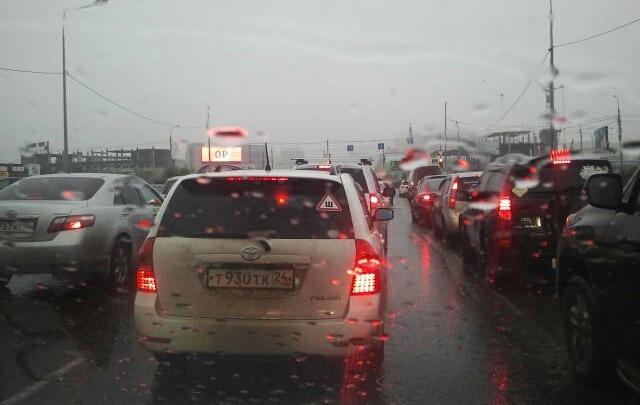 Дождь и перекрытые дороги поставили город в 9-балльные пробки