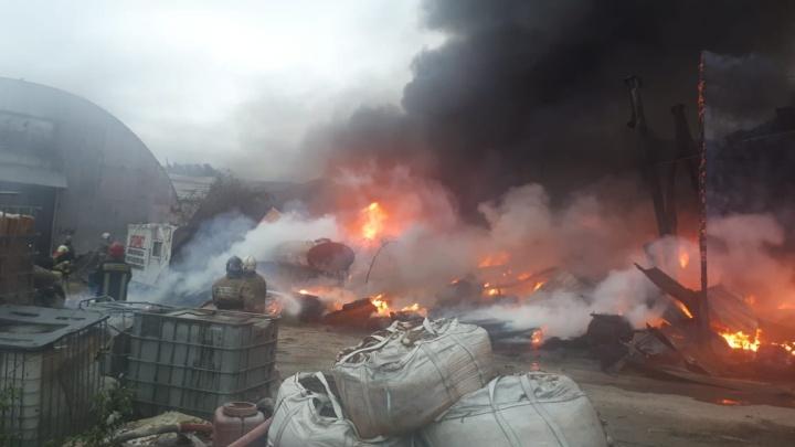 Столб дыма поднялся над аэропортом Кольцово: в Арамиле сгорели два склада с горючими материалами