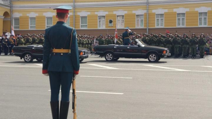 На площади Минина и Пожарского начался парад Победы