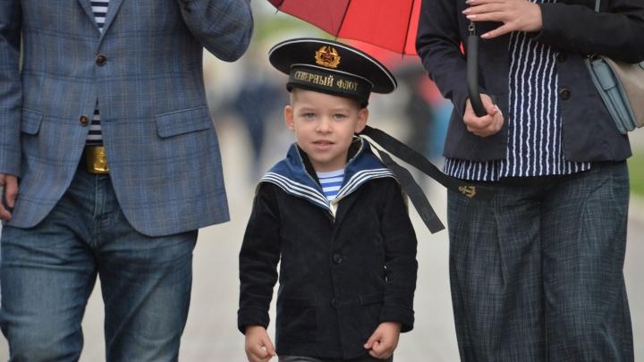 Празднуют, несмотря на дождь: моряки в тельняшках наводнили Екатеринбург в День ВМФ