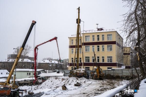 Строительство начнется в 2020 году, но уже сегодня здесь вовсю расчищают и готовят площадку
