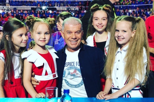 Певицы-школьницы из Новосибирска обрадовались почётному третьему месту. На фото — с членом жюри конкурса Олегом Газмановым