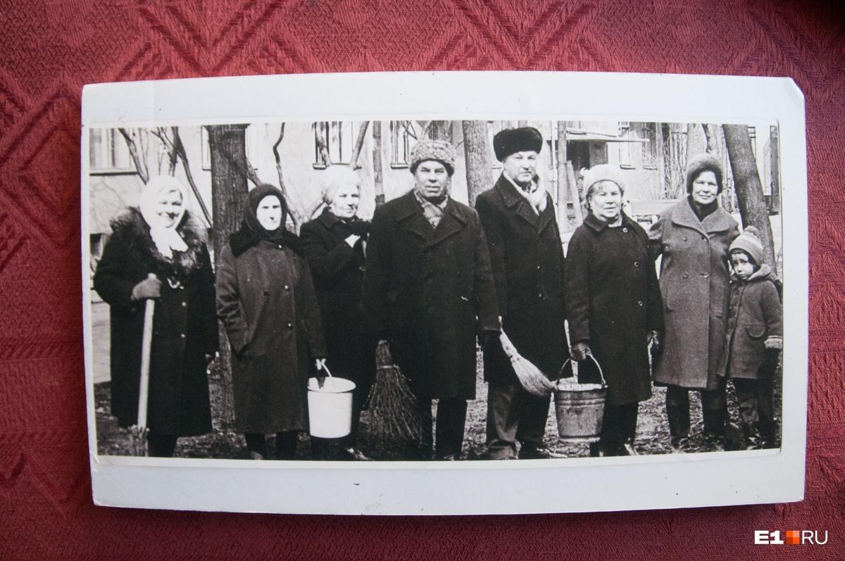 Вот, например, субботник в городке. Если вам кажется, что мужчина в центре похож на Бориса Ельцина, то вам просто кажется, нам тоже так сначала показалось