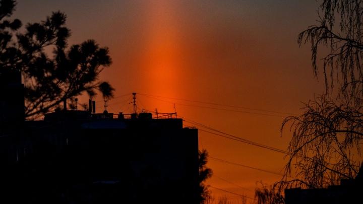 Пустынные улицы, световые столбы и потрясающий закат: как Тюмень пережила морозный вторник