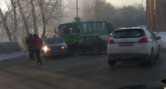 На Грибоедова столкнувшиеся легковушки парализовали движение троллейбусов