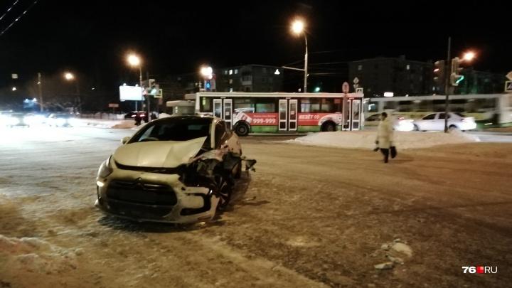 Ярославец, врезавшийся в автобус с пассажирами, разыскивает водителя, который его подрезал и сбежал